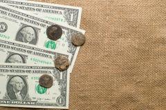 Monete antiche con i ritratti degli imperatori e della banconota sulla vecchia c Fotografia Stock