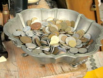 Monete antiche da vendere in un mercato delle pulci Fotografia Stock