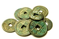 Monete antiche del bronzo di cinese su fondo bianco Immagine Stock