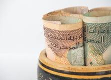 Monete arabe dei dirham Banconote arricciate in sue mani Immagini Stock Libere da Diritti