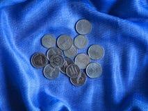 Monete arabe dei dirham Banconote arricciate in sue mani Fotografie Stock