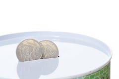 Monete australiane nella scanalatura di una latta dei soldi Fotografia Stock