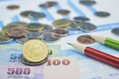 Monete, banconote e matite della Tailandia sul grafico commerciale, conto Fotografie Stock Libere da Diritti