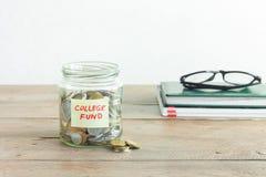 Monete in barattolo con l'etichetta del fondo dell'istituto universitario Immagine Stock