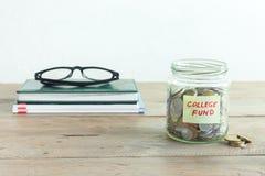 Monete in barattolo con l'etichetta del fondo dell'istituto universitario Immagine Stock Libera da Diritti