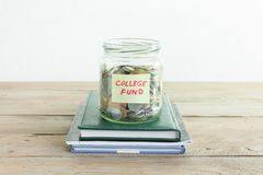 Monete in barattolo con l'etichetta del fondo dell'istituto universitario Immagini Stock
