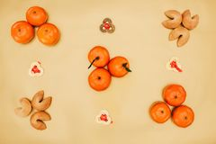 Monete cinesi con la composizione nei biscotti di fortuna e nei mandarini per il nuovo anno Fotografia Stock Libera da Diritti