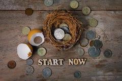 Monete con gli alfabeti di legno e guscio d'uovo per contare ed il concetto finanziario Fotografia Stock Libera da Diritti