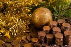 Monete con i giocattoli dell'pelliccia-albero Immagini Stock