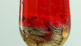 Monete con la bolla rossa della soda in vetro video d archivio