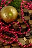 Monete con le decorazioni di Natale Fotografia Stock