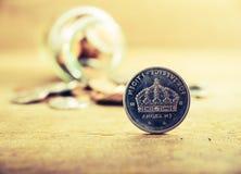 Monete d'argento della pila alta vicina dell'annata Immagini Stock