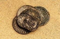 Monete d'argento su fondo di tela fotografie stock libere da diritti