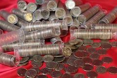 Monete da dieci centesimi di dollaro sul panno rosso Immagine Stock Libera da Diritti