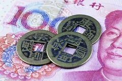 Monete dei contanti di Chiniese sulle banconote di yuan fotografie stock libere da diritti