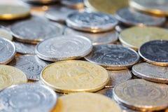 Monete dei paesi differenti Fine in su Vista laterale Fuoco selettivo fotografia stock