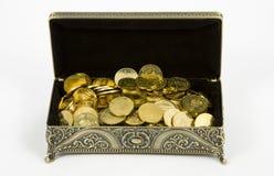 Monete del cofanetto dell'oro e di oro Fotografia Stock