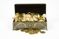 Monete del cofanetto dell'oro e di oro Immagine Stock Libera da Diritti