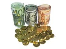 Monete del giacimento detritico su fondo delle banconote Fotografie Stock