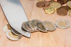 Monete dell'euro di taglio del coltello Fotografie Stock Libere da Diritti