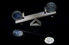 17 03 070 monete dell'euro e di una sterlina su un'oscillazione di legno Ricketts Waterfall sull'insenatura della cucina è una ca Immagini Stock