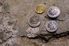 Monete della Croazia bugia delle monete sulla strada Fotografia Stock