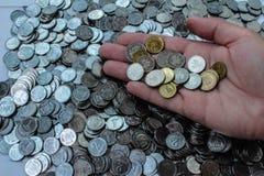 Monete della montagna e monete a disposizione fotografie stock