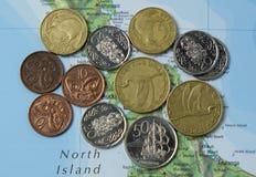 Monete della Nuova Zelanda sulla mappa fotografia stock