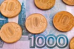 Monete della rublo su mille rubli di banconota Immagine Stock