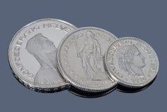 Monete della Svizzera su un fondo scuro Fotografie Stock Libere da Diritti