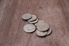 Monete della Svizzera sul pavimento di legno, soldi del franco svizzero immagini stock