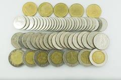 Monete della Tailandia di baht impilate su fondo bianco Fotografia Stock Libera da Diritti