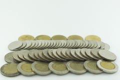 Monete della Tailandia di baht impilate su fondo bianco Fotografie Stock Libere da Diritti