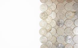 Monete della Tailandia di baht di specie con fondo bianco Immagine Stock