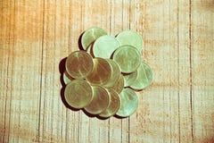 Monete di baht tailandese della pila su fondo di legno Fotografia Stock
