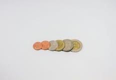 Monete di baht tailandese di vista superiore sull'isolato su Fotografie Stock