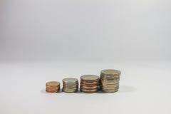 Monete di baht tailandese su fondo isolato Fotografia Stock Libera da Diritti