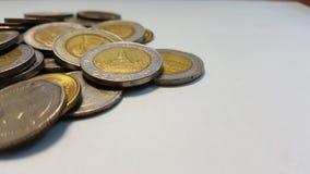 Monete di baht tailandese su Libro Bianco Vista laterale Fotografia Stock Libera da Diritti