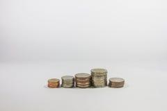 Monete di baht tailandese sull'isolato su Immagine Stock
