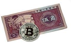 Monete di Bitcoin sulla nota di yuan della Cina Fotografie Stock Libere da Diritti
