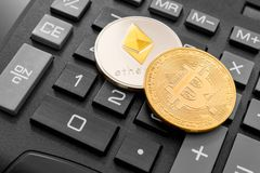 Monete di Cryptocurrency sopra il calcolatore Immagini Stock Libere da Diritti