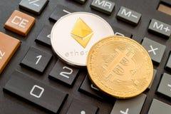 Monete di Cryptocurrency sopra il calcolatore Fotografie Stock Libere da Diritti