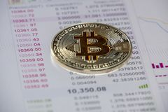 Monete di Cryptocurrency sopra il grafico di vendita e dell'affare; Moneta di Bitcoin Fotografia Stock