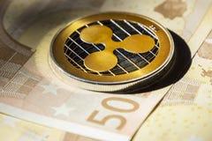 Monete di Cryptocurrency sopra le euro banconote; Moneta dell'ondulazione Immagini Stock Libere da Diritti