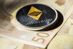 Monete di Cryptocurrency sopra le euro banconote; Moneta di Ethereum Fotografia Stock Libera da Diritti
