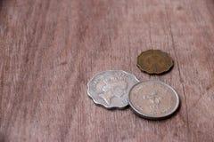 Monete di Hong Kong sul pavimento di legno Fotografie Stock