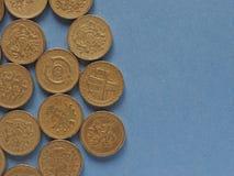 Monete di libbra, Regno Unito sopra il blu con lo spazio della copia Fotografia Stock