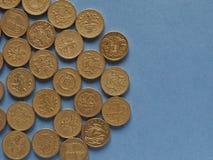 Monete di libbra, Regno Unito sopra il blu con lo spazio della copia Fotografie Stock Libere da Diritti