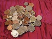 Monete di libbra, Regno Unito sopra il fondo rosso del velluto Immagine Stock Libera da Diritti
