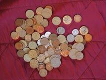 Monete di libbra, Regno Unito sopra il fondo rosso del velluto Fotografia Stock